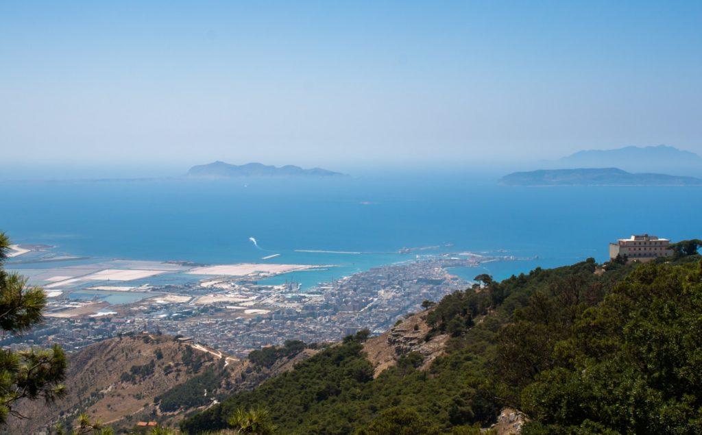 Wyspy Egadzkie widziane z Sycylii